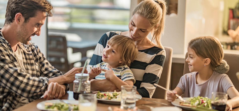 obitelj jesti za stolom maggi hrvatska